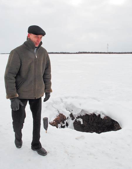 Вот такую яму обнаружил в поле Андрей Максимов