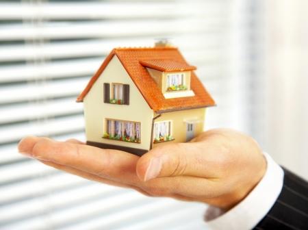 человек держит дом на руке