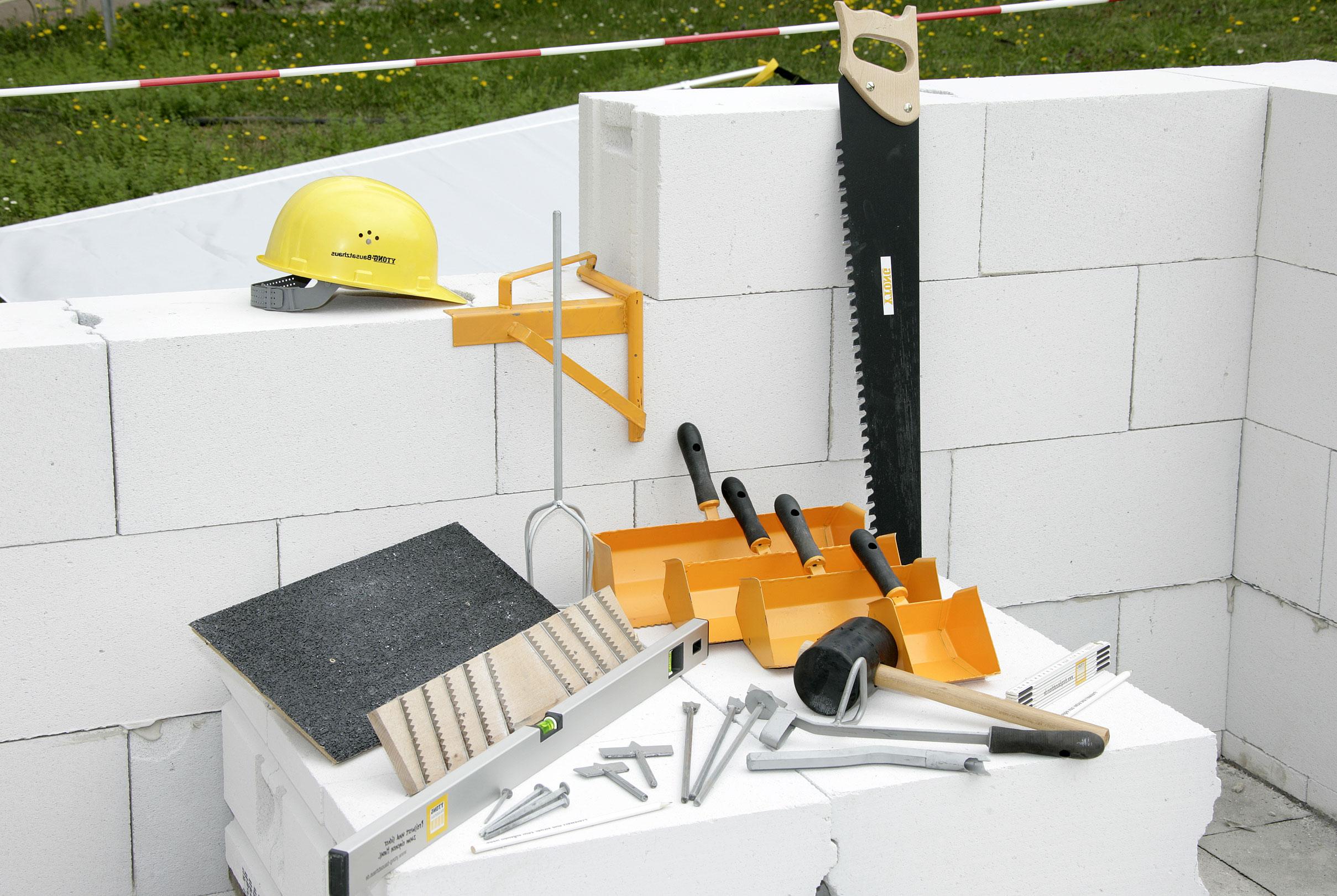 Газобетон и инструменты перед началом работ по кладке