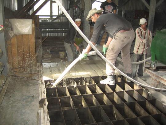 Пенобетон производство и заливка в формы готового раствора